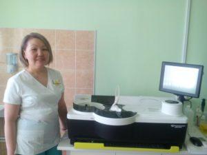 Врач КДЛ Нина Федорова демонстрирует анализатор